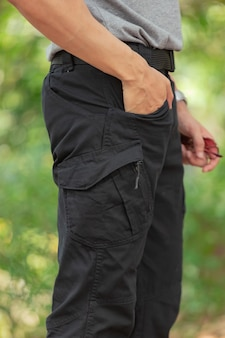 Modello che indossa pantaloni cargo o pantaloni cargo.