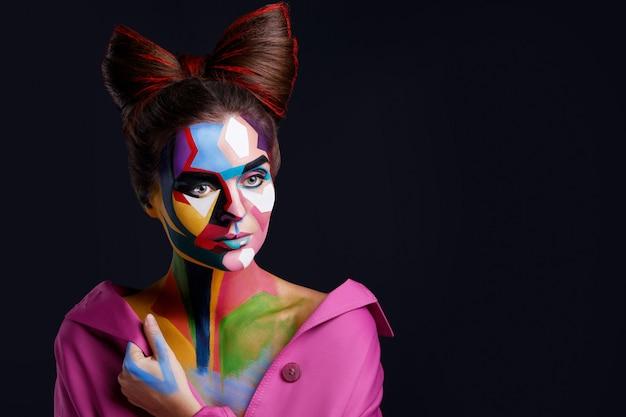 Modella con un trucco creativo pop art sul viso.