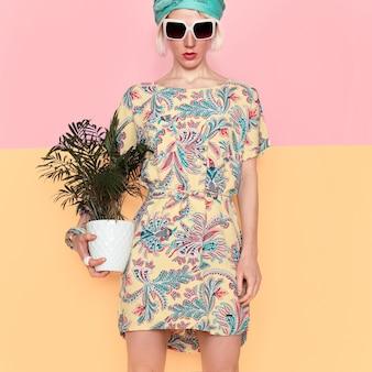 Modello con fiore in abito estivo alla moda. stile da spiaggia