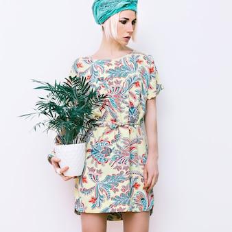 Modello con fiore in abito estivo alla moda