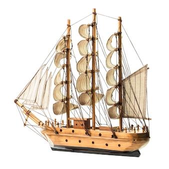 Modello della goletta in legno antico isolato su sfondo bianco