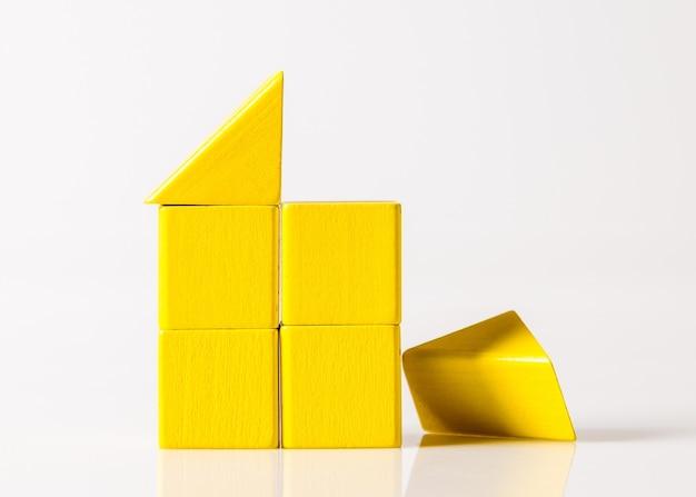 Modello della casa in legno (immobiliare) su sfondo bianco