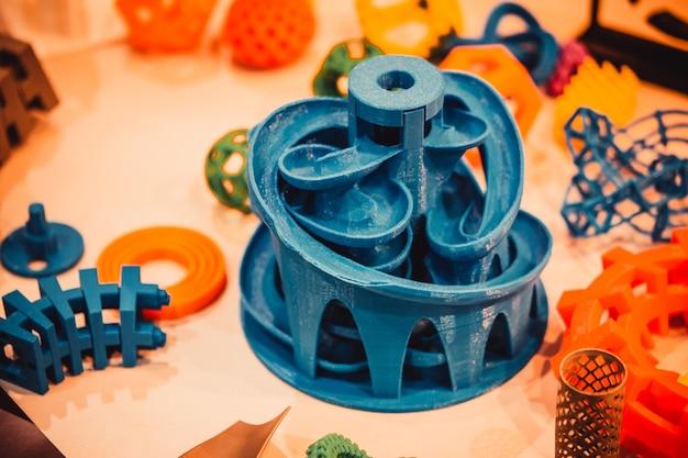 Modelli stampati da stampante 3d. copia spazio.
