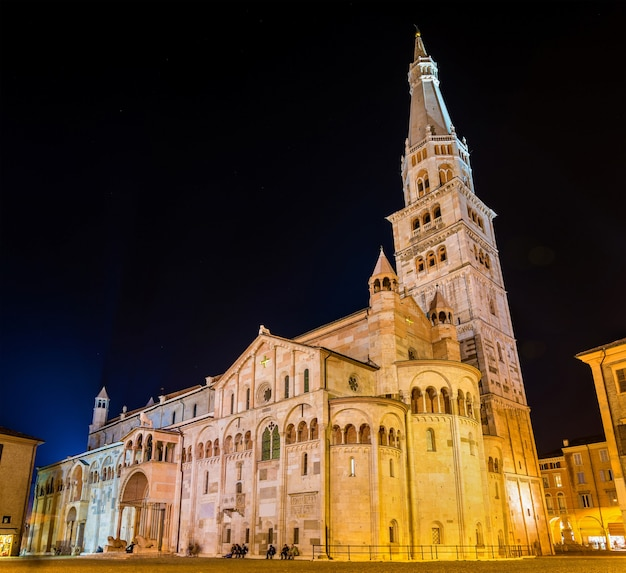 Cattedrale di modena, una chiesa romanica cattolica romana