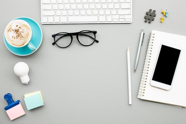 Accessori moderni del lavoratore su sfondo tavolo scrivania