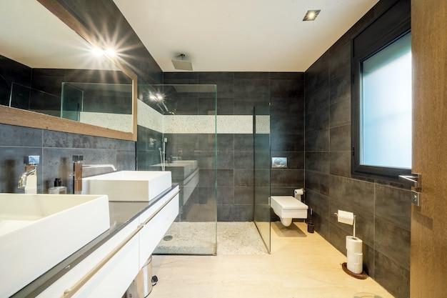 Bagno moderno dell'appartamento
