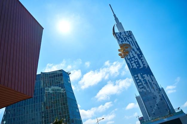 Architettura moderna di batumi. grattacielo con una ruota panoramica