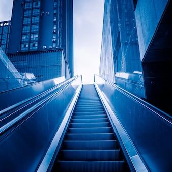 Architettonico moderno - la scala mobile che si muove verso l'alto