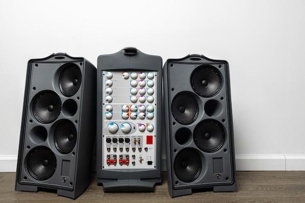 Amplificatore moderno del sistema audio su bianco