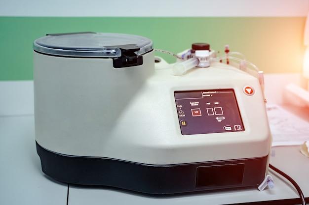 Moderna macchina automatica per centrifugare analisi del sangue e delle urine. diagnosi di polmonite. covid-19 e identificazione del coronavirus. pandemia. avvicinamento
