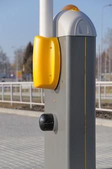 Barriera moderna per auto su strada.