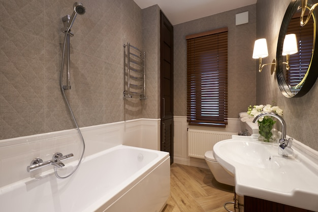 Interno del bagno moderno con muro di pietra