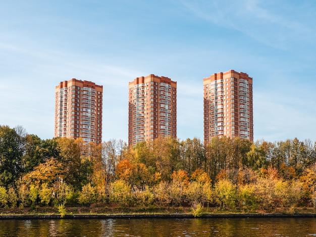 Nuovi bellissimi edifici moderni in autunno. un nuovo quartiere residenziale a nord di mosca. russia.