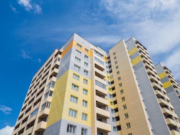 Bellissimi nuovi edifici moderni. parete colorata sullo sfondo del cielo azzurro. copia spazio.