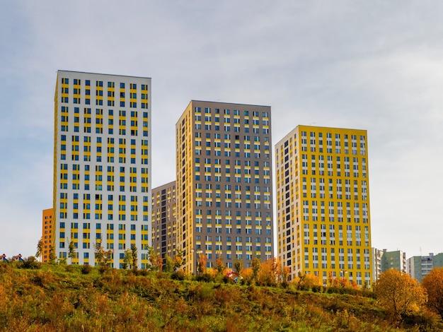 Nuove belle costruzioni moderne nuovo quartiere residenziale nel nord di mosca
