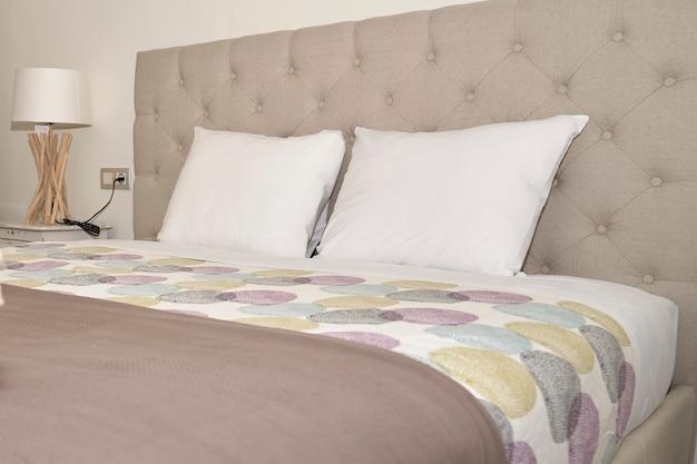 Camera da letto moderna in un appartamento