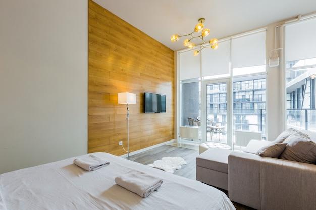 Camera da letto moderna con letto grande ed elegante design moderno con piccola cucina