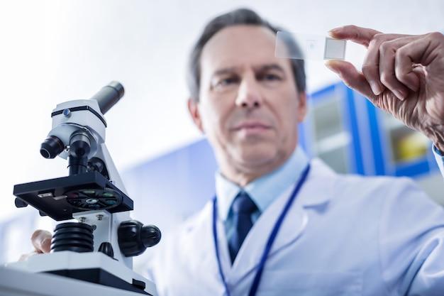 Studi di biologia moderna. messa a fuoco selettiva dell'attrezzatura del microscopio utilizzata per la ricerca biologica