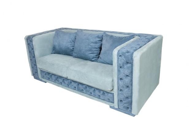 Sofà blu moderno del tessuto con tre cuscini isolati su bianco