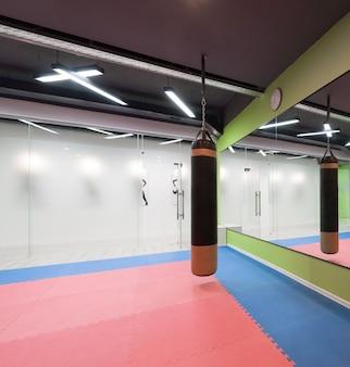 Sala di boxe moderna. palestra con pera da boxe