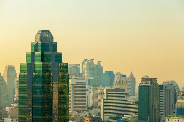 Costruzione moderna nel centro del distretto aziendale a bangkok, tailandia. vista del grattacielo al tramonto.
