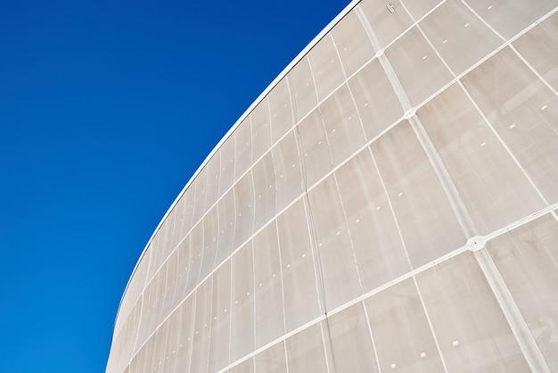 Dettaglio moderno della costruzione contro il fondo di architettura dell'estratto del cielo blu