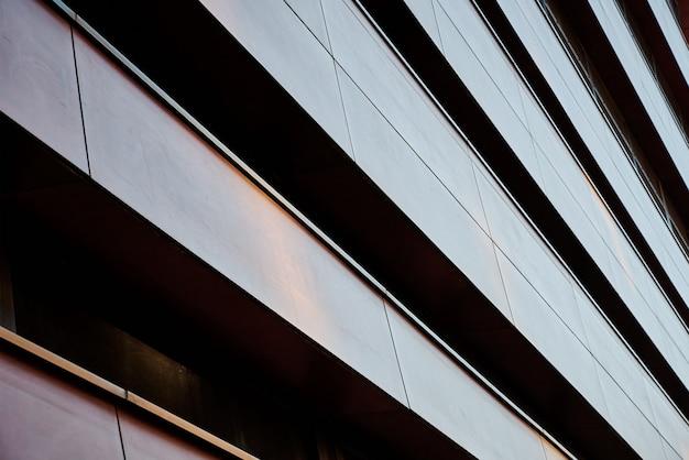 Facciata di edificio moderno con motivo geometrico