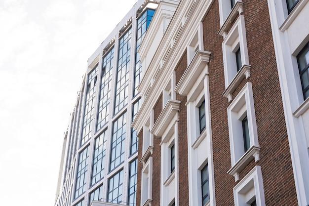 Edifici moderni, business e concetto di architettura - la luce del sole si riflette sull'edificio per uffici.