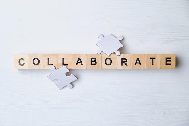 Parola d'ordine moderna: collaborare. vista dall'alto in legno, blocchi. vista dall'alto.