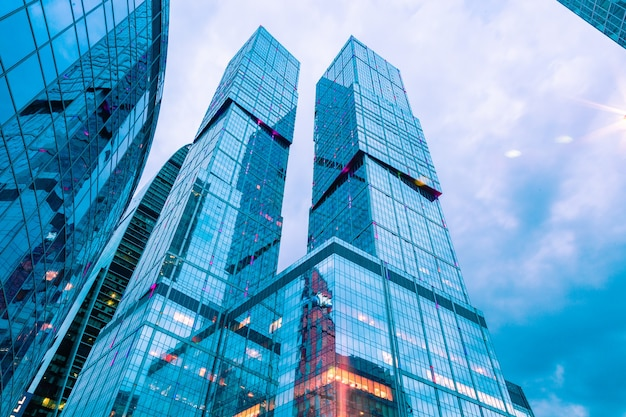 Moderno centro business nelle luci notturne
