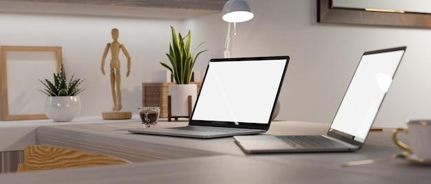 Spazio di lavoro domestico moderno della gente di affari con il modello 3d del modello del computer portatile di due schermi in bianco