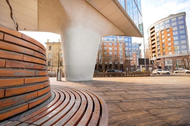 Un moderno spazio commerciale per attività ricreative all'aperto, una panchina e una vista dell'edificio aziendale