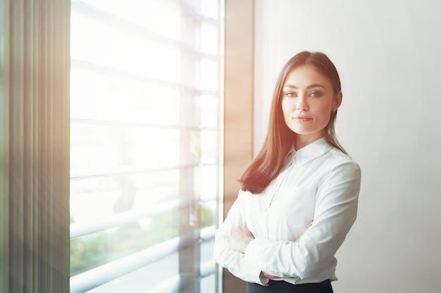 Donna d'affari moderna in ufficio