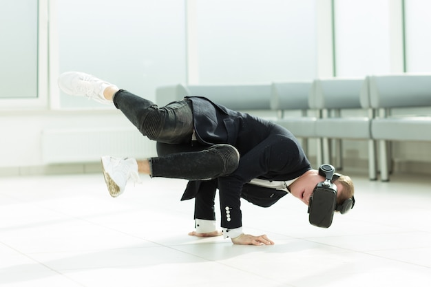 L'uomo d'affari moderno sta testando gli occhiali per realtà virtuale