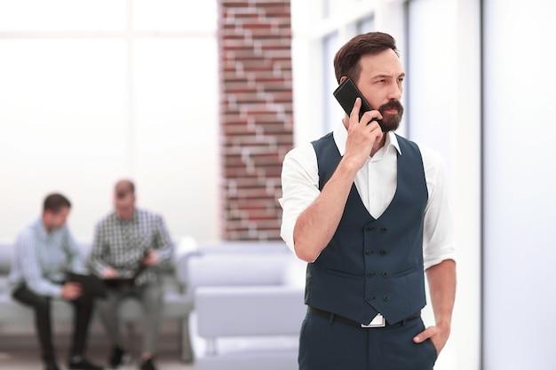 Uomo d'affari moderno che parla su un telefono cellulare