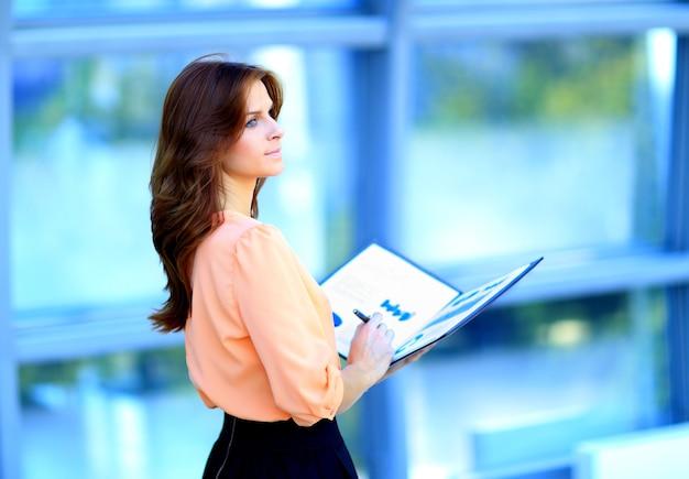 Imprenditrice moderna in ufficio