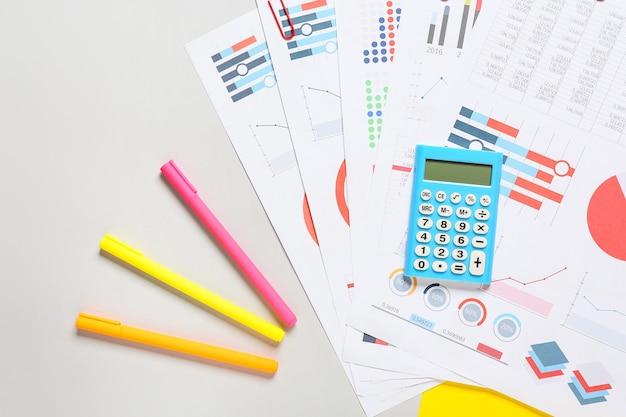 Calcolatrice e documenti moderni sulla superficie grigia