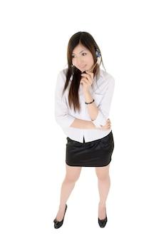 Ritratto integrale della signora moderna di affari della call center isolato sopra bianco.