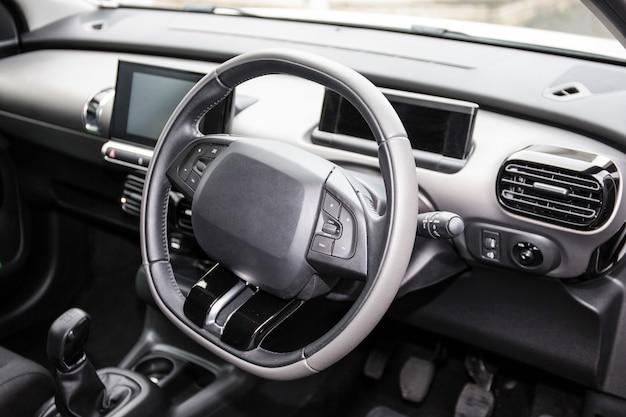 Cruscotto auto moderno. sistema multimediale a schermo.