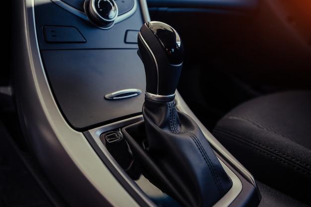 Cruscotto e volante interni auto moderne.