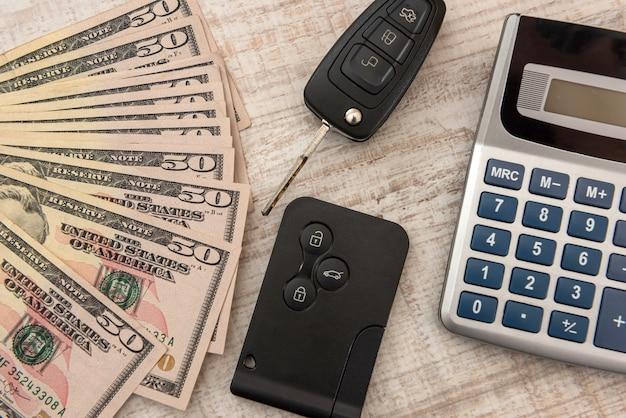 Chiave dell'auto moderna con il concetto di dollaro americano, vendita o affitto