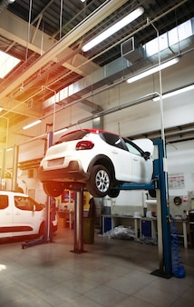 Moderna stazione di riparazione auto con un gran numero di ascensori e attrezzature specializzate per la diagnostica e il servizio di riparazione auto