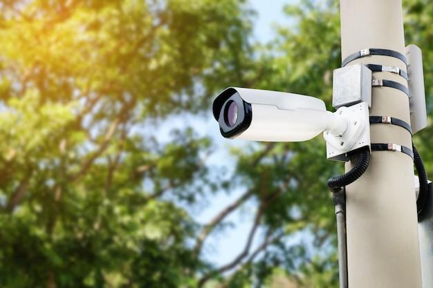 Moderna telecamera cctv su un palo elettrico