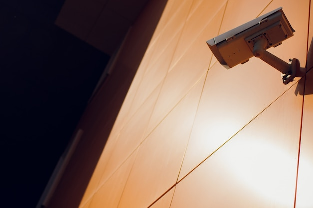 Telecamera cctv moderna sul muro.