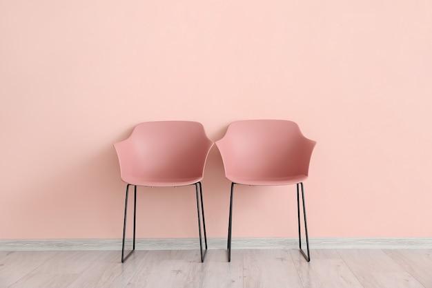 Sedie moderne vicino alla parete colorata