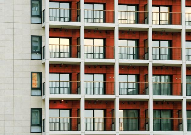 Sfondo città moderna, riflesso colorato da finestre di edifici residenziali al crepuscolo a tokyo, giappone