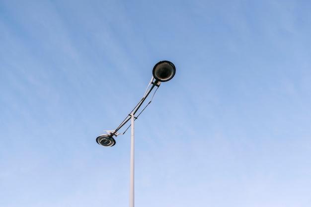 Un lampione della città moderna al centro della fotografia con il cielo blu chiaro sullo sfondo