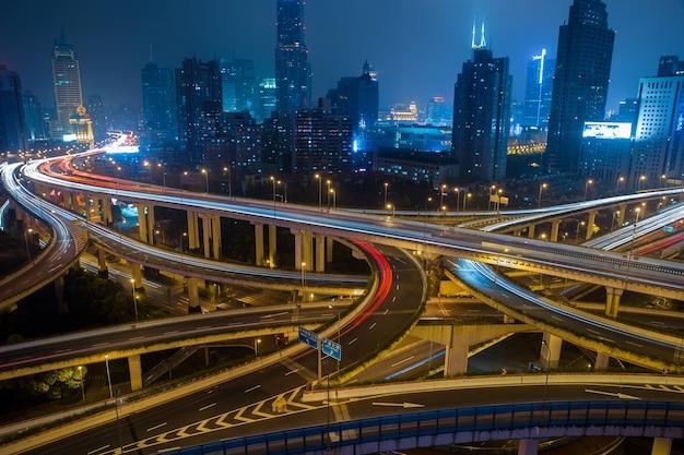 Strada di traffico cittadino moderno di notte, svincolo per i trasporti
