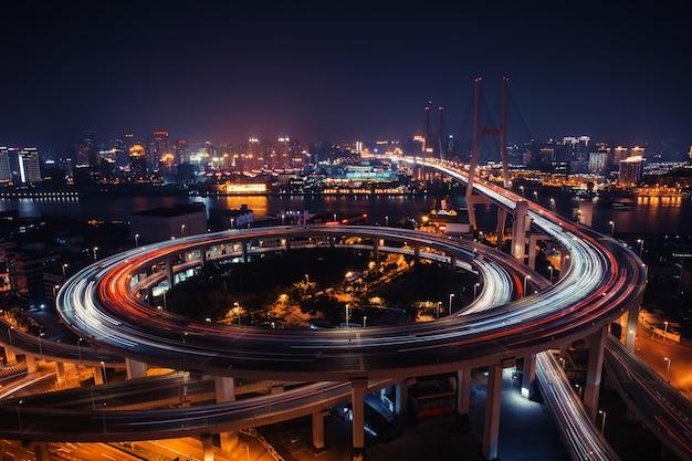 Strada di traffico cittadino moderno. nodo stradale di trasporto sul ponte.
