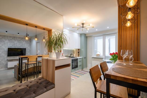 Interiore della cucina bianca classica moderna con zona pranzo